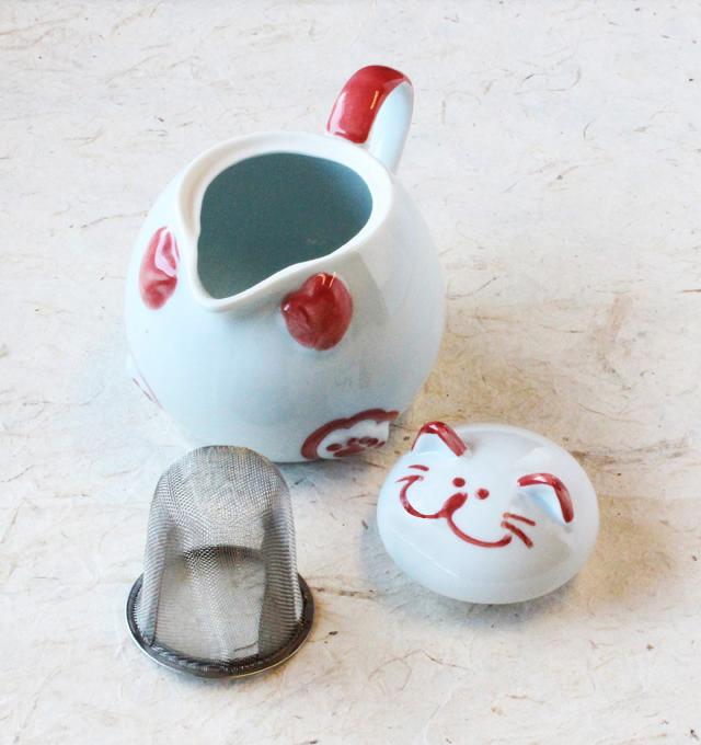 猫ポットには茶こし付き